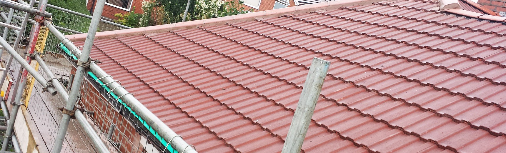 Laying down clay roof tiles